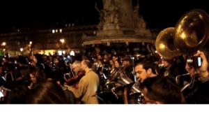 Paris: Un orchestre debout!!!