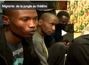 """De la """"jungle"""" au théâtre, des réfugiés rejouent leur exil vers l'Europe"""