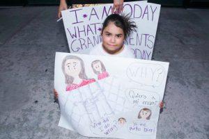 Enseignant(e)s et militant(e)s dénoncent les politiques migratoires américaines et tentent d'offrir des livres et des jeux aux enfants placés en détention