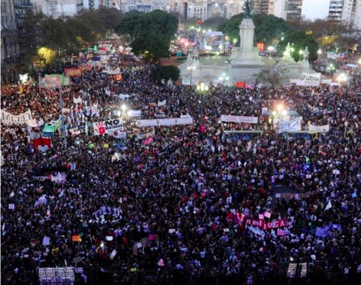 Argentina: Massive march against gender violence in front of the Congress