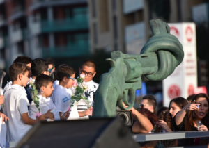 "AUNOHR University unveils the ""Knotted Gun"" Sculpture in Beirut"